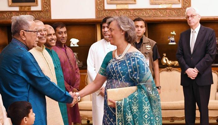 রাষ্ট্রপতি মো. আবদুল হামিদ বুধবার বঙ্গভবনে বিভিন্ন শ্রেণি পেশার মানুষের সঙ্গে ঈদের শুভেচ্ছা বিনিময় করেন-