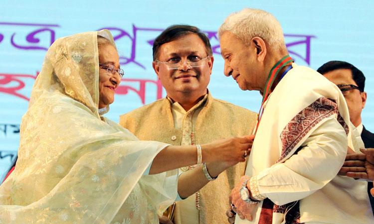 জাতীয় চলচ্চিত্র পুরস্কার বিতরণ করলেন প্রধানমন্ত্রী